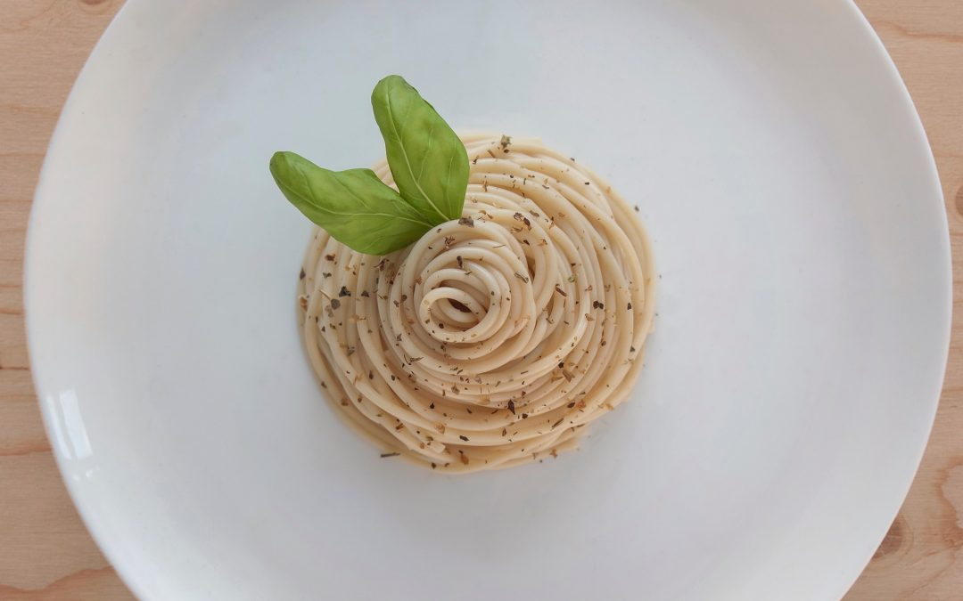 Conchiglie met tonijn, kappertjes en olijven